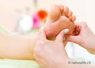 Bei der Fussreflexzonen-Massage werden die Reflexzonen der Füsse gezielt stimuliert und massiert.