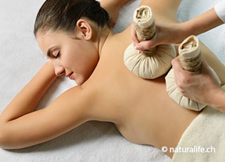 Kräuterstempel-Massage – Die Wärme der Kräuterstempel, und die Düfte der Kräuter können zu einer tiefen Entspannung führen.