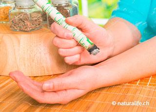 Bei der Moxa-Therapie werden mit einer brennenden Moxa-Zigarre, einzelne Körperpunkte stimuliert.